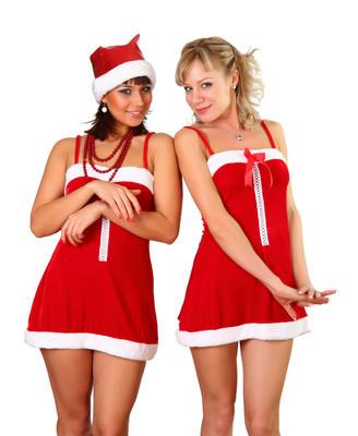在圣诞服饰中的两个漂亮女人