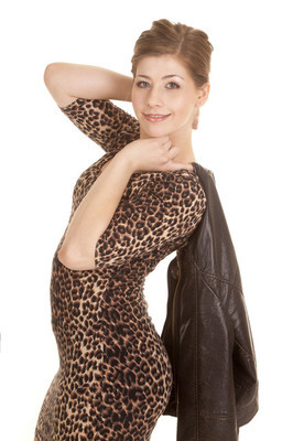 女人豹穿外套的肩
