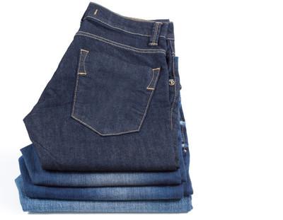 Vikta jeans visas på vit