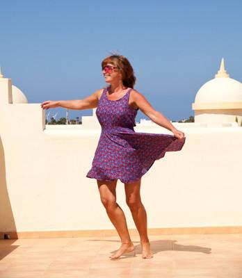 年龄不是问题 — — 皮肤黝黑、 身体健康的中年妇女舞跃