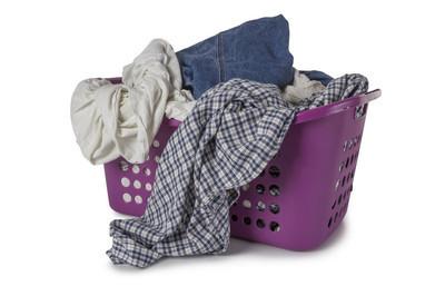 紫罗兰色与衣服的洗衣篮