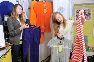 女孩挑衣服买