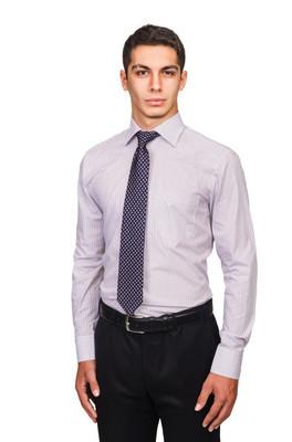 男性穿衬衣打领带