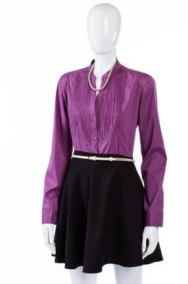 与紫色衬衫的黑裙子