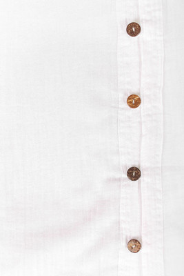 白色休闲衬衫与椰子壳按钮