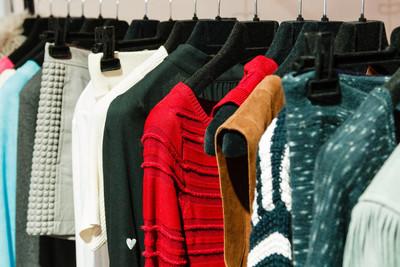 衣架、毛衣、裙子、上衣的外衣