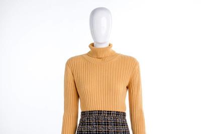 女模特穿的黄色毛衣