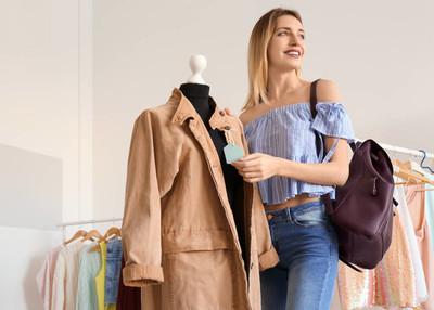 在精品店购物的年轻女子。时尚衣柜