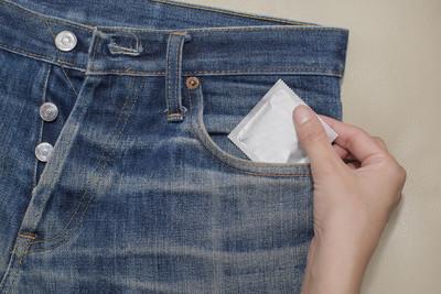 避孕套在牛仔裤的口袋里安全的性行为