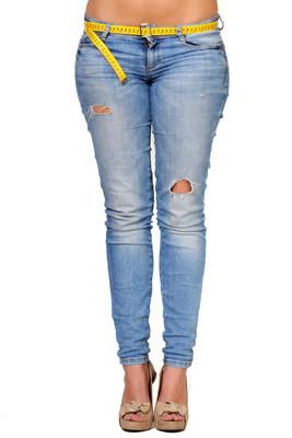 在蓝色牛仔裤的年轻性感的女人的图片