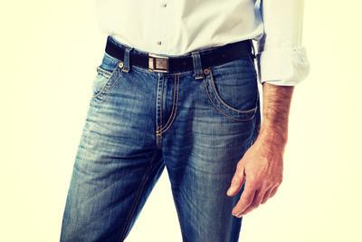 男人在牛仔长裤