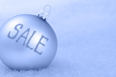 在雪上的圣诞节装饰品