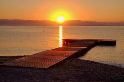 在 Moraitika,希腊海上日出