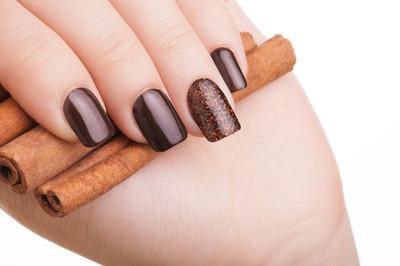 棕色指甲油的指甲上
