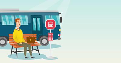一辆公交车在公交车站等候的白种人男子