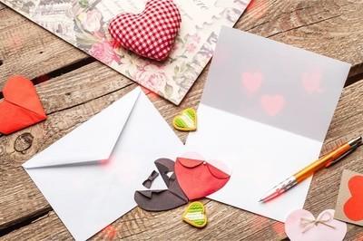 用木桌上的卡片把红心关起来