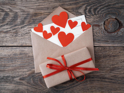 卡片和红心在打开信封从褐色牛皮纸。gif