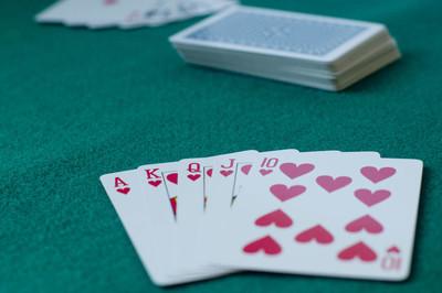 玩扑克。卡片游戏