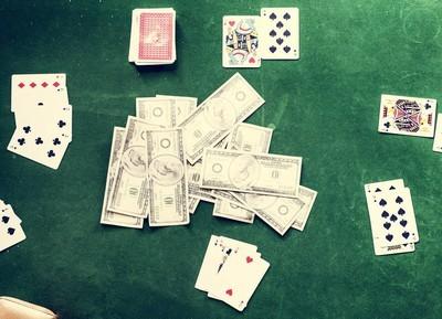 桌上的现金和卡片