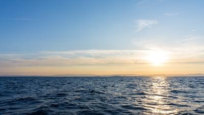 日出。在海上日落。壁纸