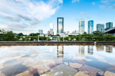由深圳的水的摩天大楼