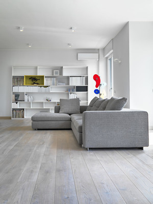 现代客厅里的现代布艺沙发