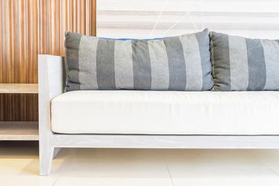 在房间里的沙发装饰