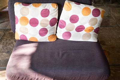 紫色沙发在客厅里的沙发上