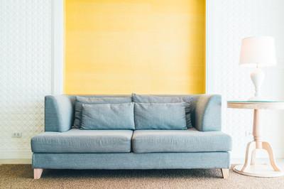 在客厅里的沙发