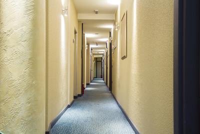 在公寓大楼的走廊