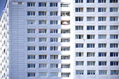窗前摩天大楼/摩天大楼的窗口前面与公寓和阳台