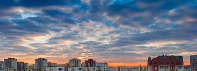 与现代公寓建筑屋落日