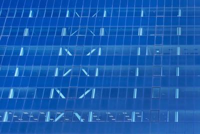 玻璃幕墙的现代办公大楼