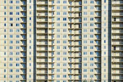 立面特写镜头。摩天大楼的一部分。未完工建筑