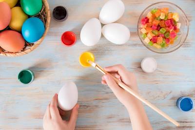 复活节准备, 小男孩手画复活节彩蛋