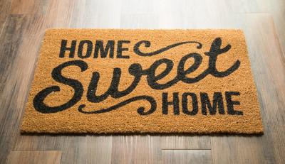 甜蜜之家欢迎垫子在地板上