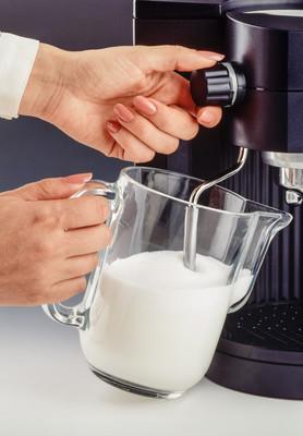 手与暖奶器
