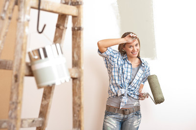家里的改进: 金发美女绘画墙