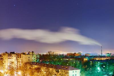 烟从烟囱里夜晚的城市