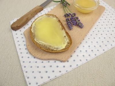 用薰衣草蜂蜜黄油面包