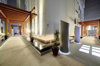 在迪拜的现代摩天大楼的围场