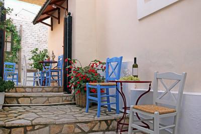 桌上的葡萄酒和葡萄图威玛帕尔加希腊