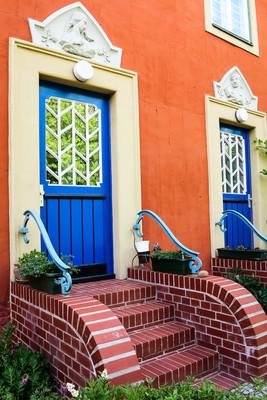 在波茨坦,德国的蓝色门的房子
