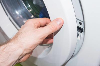 男人需要从洗衣机的衣服