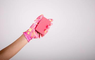 女人手中拿着一块海绵