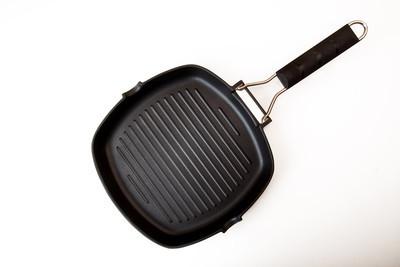 新的油炸烧烤空潘孤立在白色背景