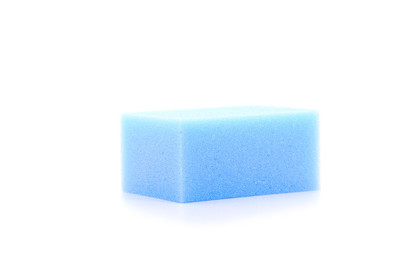 在白色背景的蓝色方块海绵
