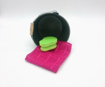 粉红色除尘器和绿色海绵装饰金属桶
