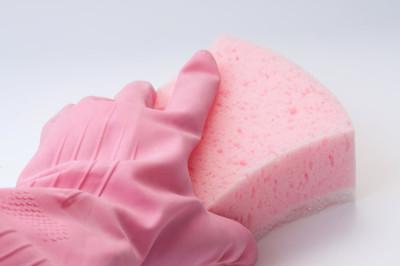 手中持有的海绵橡胶手套