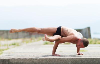 人实践瑜伽和体操